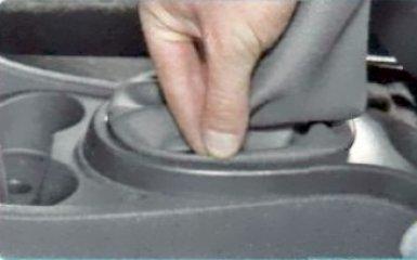 Снятие облицовки пола Renault Duster, 2010 - 2015 г.в.