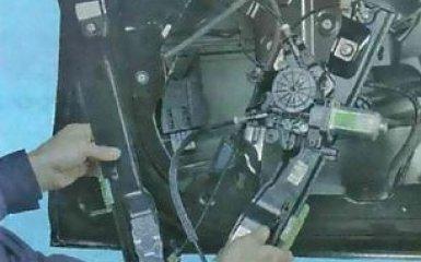 Передний моторчик стеклоподъемника Ford Focus 3: снятие и замена