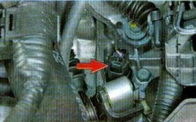 Замена выключателя света заднего хода Kia Rio 3