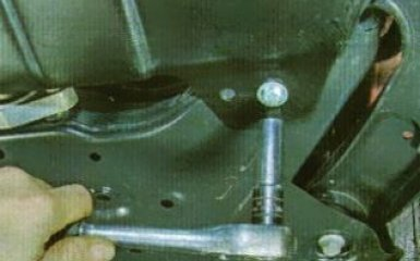 Снятие защиты картера и брызговиков двигателя KIA Rio 3