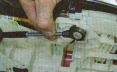 Снятие и установка кулисы АКПП Kia Rio 3