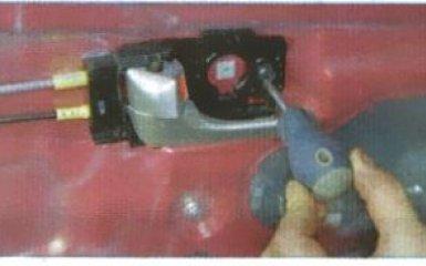 Внутренняя ручка передней двери Kia Rio 3: снятие и замена
