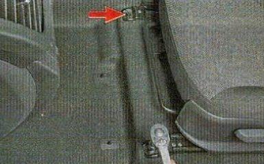 Снятие переднего сиденья на Kia Rio 3, 2011 - 2017 г.в.