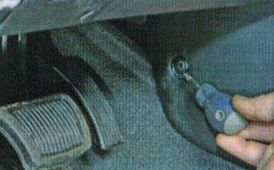 Снятие обшивки тоннеля пола на Kia Rio 3, 2011 - 2017 г.в.