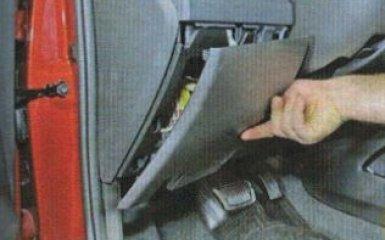 Снятие нижнего щитка панели приборов на Kia Rio 3