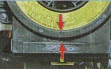Снятие контактного кольца подушки безопасности водителя Kia Rio 3, 2011 - 2017 г.в.