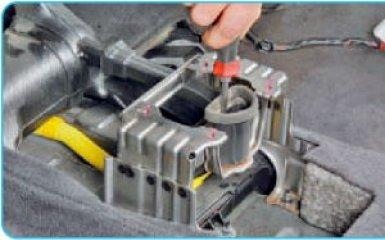 Снятие кулисы АКПП Hyundai Santa Fe 2 (CM), 2006 - 2012