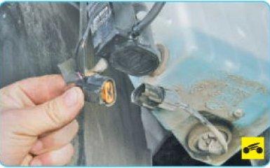 Снятие бачка омывателя Hyundai Santa Fe 2 (CM), 2006 - 2012