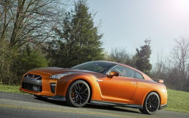 Рыжий «бес» с турбонагнетателями: рестайлинговый Nissan GT-R 2017 года в двух ипостасях