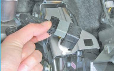 Замена выключателя стоп-сигнала Hyundai Solaris (RB), 2010 - 2017