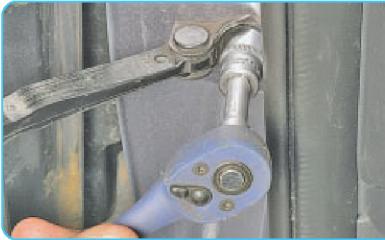 Снятие ограничителя передней двери Hyundai Solaris (RB), 2010 - 2017